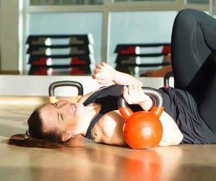 Bodenübung mit Gewichtskugeln