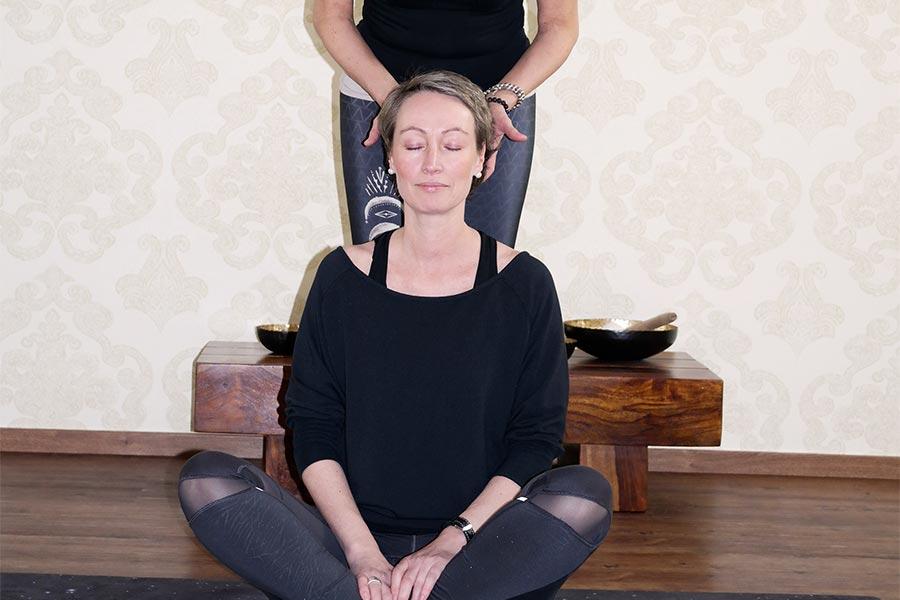 Kopfmassage im Schneidersitz