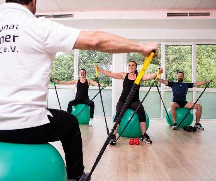 Gesundheit - Gruppe Zugband Medizinball Trainer