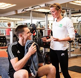 Personal Trainer mit Trainierender