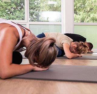 Frauen machen Yoga