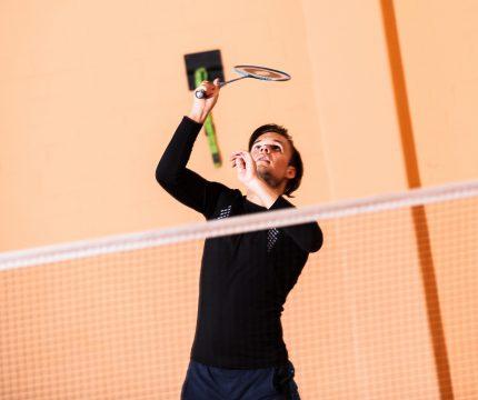Badminton-Spieler auf Federball fokusiert