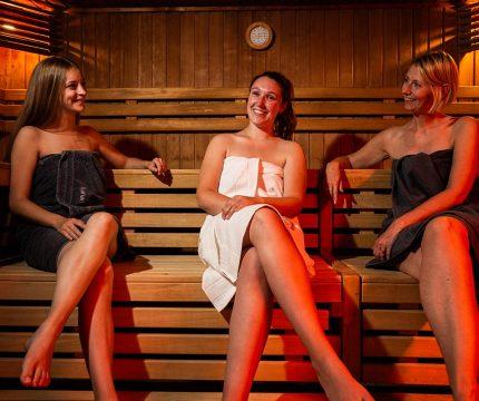 3 Frauen in der Sauna