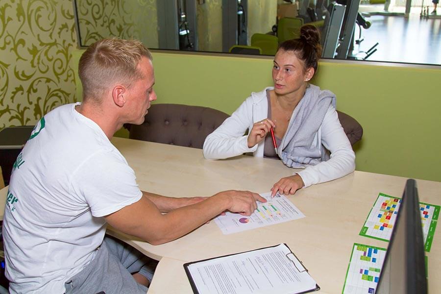 Mitarbeiter mit Trainierende im Gespräch